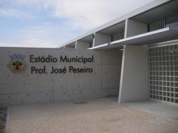 Bancos, cacifos fenólicos e cabides - Estádio Municipal Prof. José Peseiro