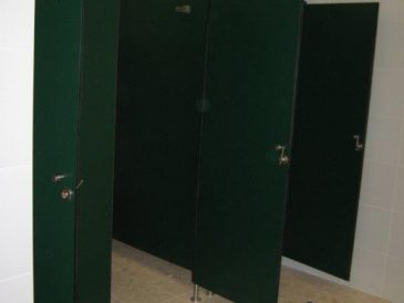 Cabines Sanitárias Fenólicas Coloridas - Aeroporto Humberto Delgado   Mestria - Compactos Fenólicos