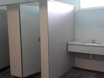 Bancadas de lavatório, cabines e divisórias fenólicas, no Parque de Feiras e Exposições de Beja